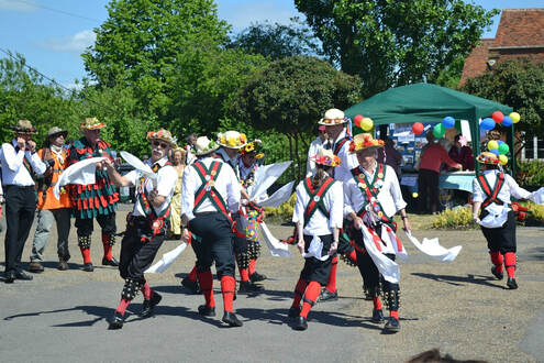 Morris dancers at Port Sunlight - Reptonix free Creative Commons licensed photos [CC BY 3.0 (https://creativecommons.org/licenses/by/3.0)]