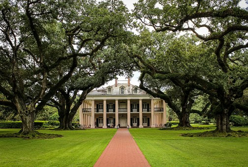Antebellum mansion in wooded grounds, Oak Alley Plantation, New Orleans, USA